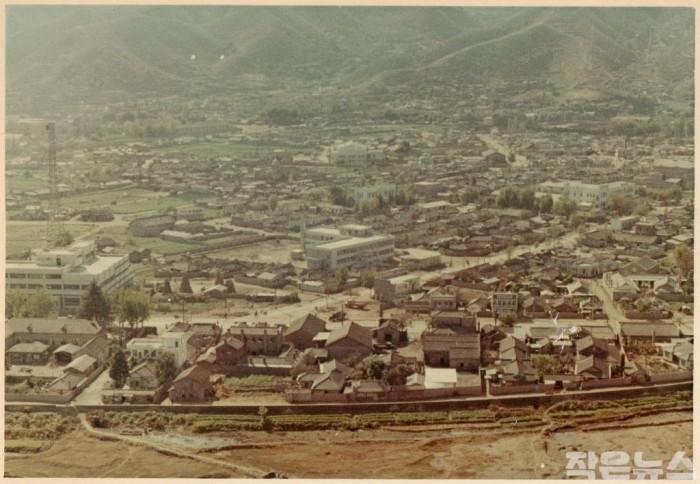 2. 동천 기록물 공모전 최우수작(성가롤로병원-1969년 부지선정당시 순천시전경).jpg